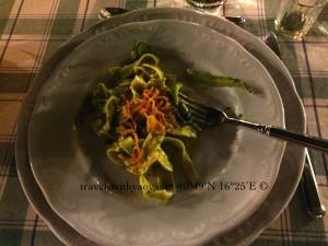 Nastri integrali agli odori dell'orto con zucchine